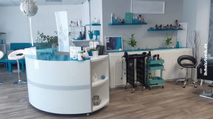 Einrichtung eines Friseursalons mit Designmöbeln