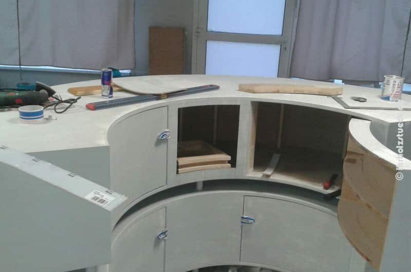 Auf der Rückseite gibt es genug Platz mit Türen - auch im runden Design