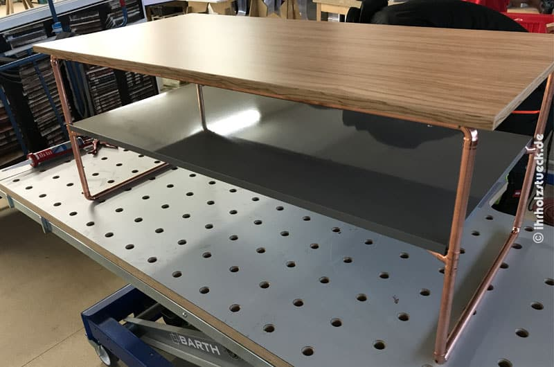 Tisch als Spezialanfertigung aus Kupferrohr und Furnierholz