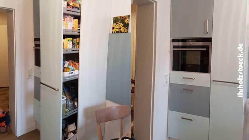In beengten Räumen kann ein Apothekenschrank in der Küche Platz schaffen