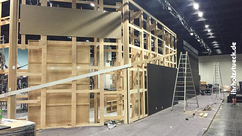 Rahmengerüst aus Holz im Aufbau