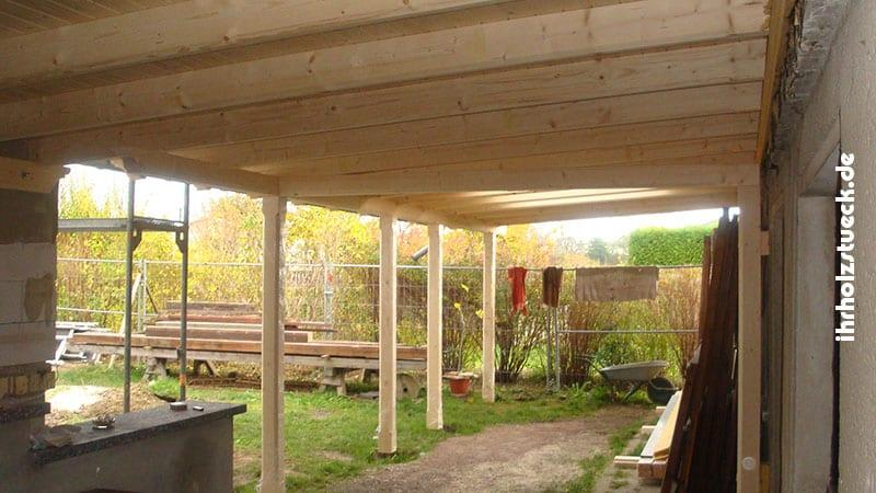 Schon in der Bauphase wurde das Vordach montiert