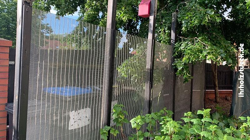 Sichtschutz mit einer Kombination aus Edelstahl und Holz