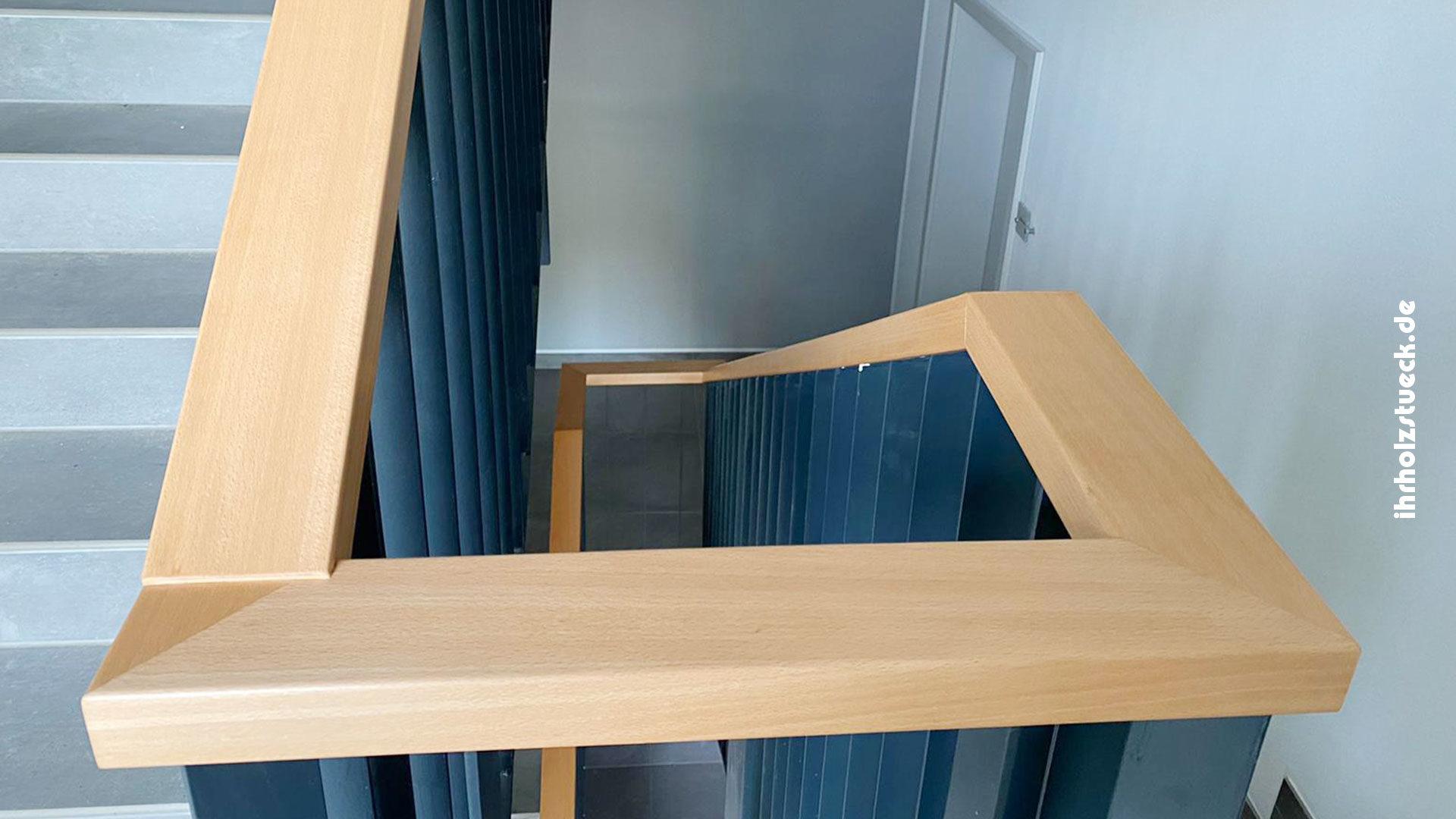 Treppengeländer und Handläufe aus Holz für 4 Etagen