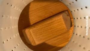 Der Stempel muß exakt in die Käseform passen - ihrholzstueck