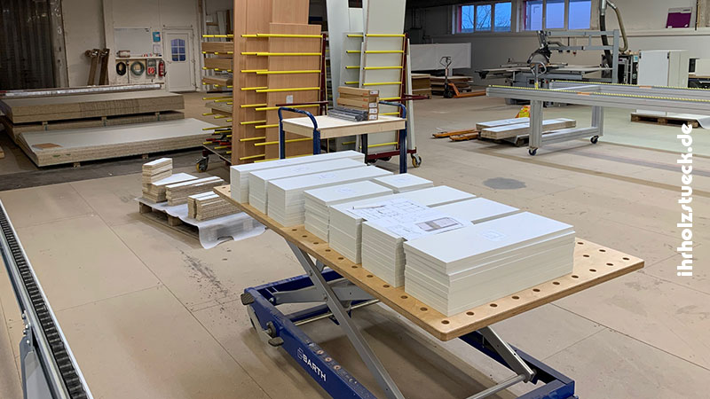 Küchenteile aus Serienfertigung fertig zusammengestellt