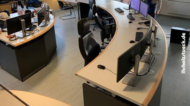 Möbelierung-Schaltwache-Schreibtische-Draufsicht-ihrholzstueck