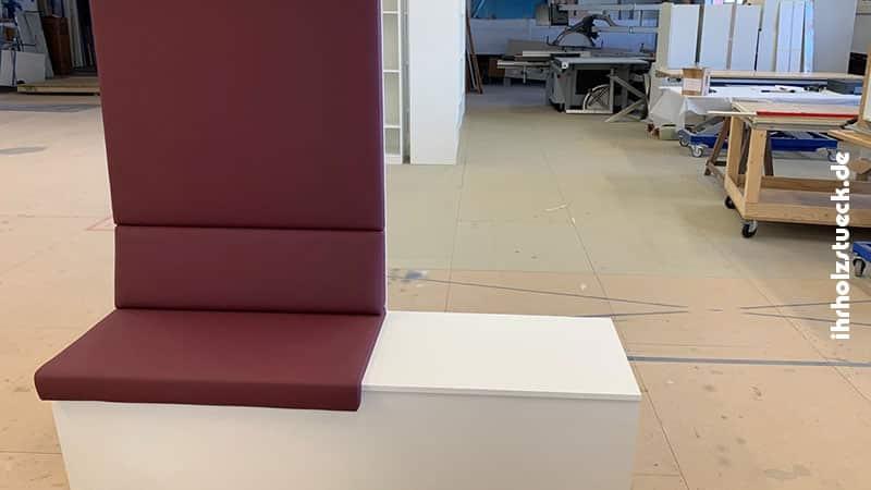 Bank mit einem Sitzpolster und Ablage rechts