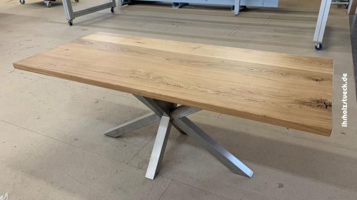 Esstisch mit einer Kombination aus Naturholz und Stahl