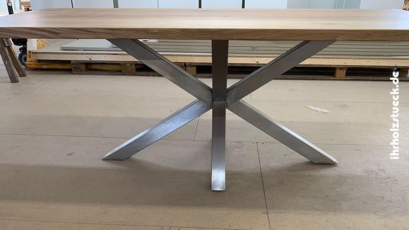 Das massive Tischgestell aus Stahl hat ein Partnerunternehmen gefertigt