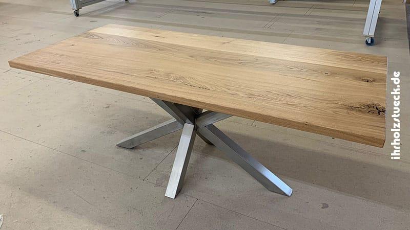 Die verwendeten Materialien geben dem Tisch ein solides und schönes Erscheinungsbild