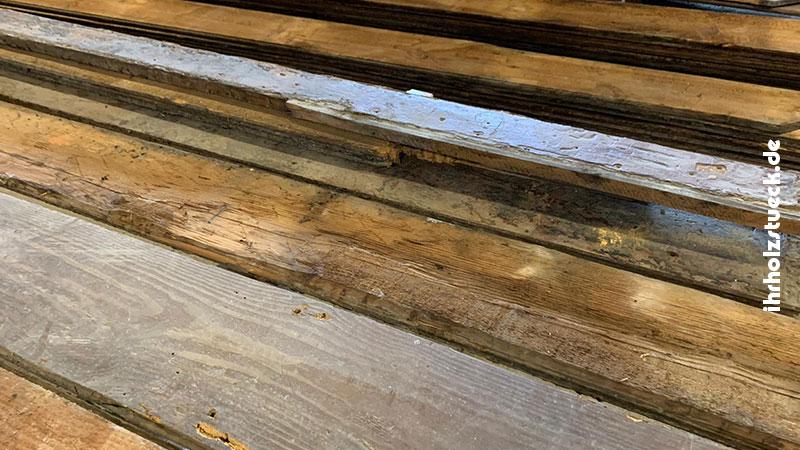 Die Dielen waren unterschiedlich abgenutzt oder beschädigt, sodass jedes einzelne Brett bearbeitet werden musste.