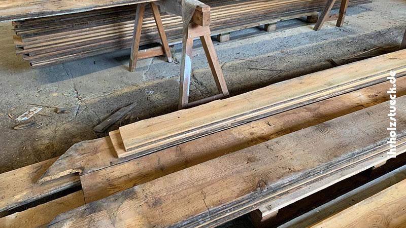 Jedes Dielenbrett aus dem Holzfußboden musste geprüft und je nach Zustand unterschiedlich bearbeitet werden.