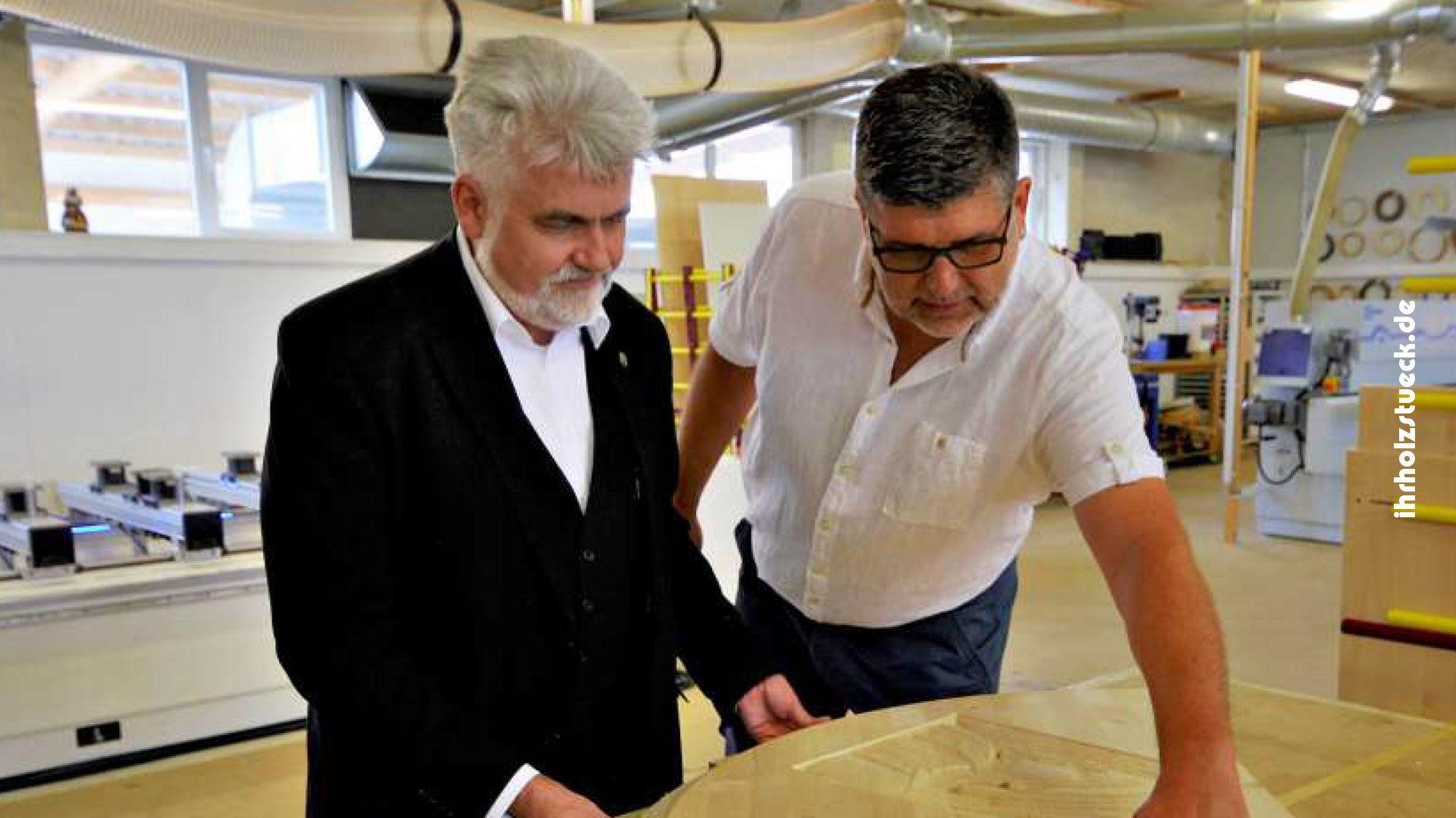Minister besucht Messebauer mit frischen Ideen.