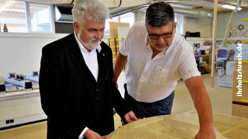 Minister Willingmann (links) lässt sich die Moeglichkeiten der Holzbearbeitung und die Arbeitsweise der neu angeschafften Maschine beschreiben. FOTO: DIETMAR BEBBER