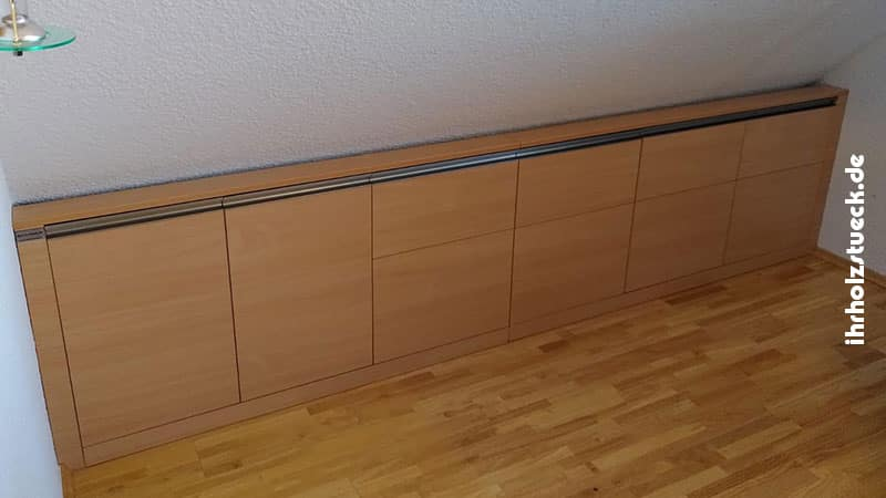 Die Kombination aus Sideboard und Schrank für Dachschräge sollte eine einheitliche Front haben.
