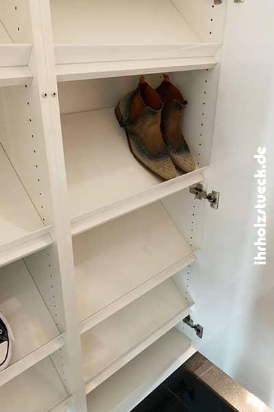 Der Anstellwinkel im Schuhschrank macht auch Platz für große Herrenschuhe
