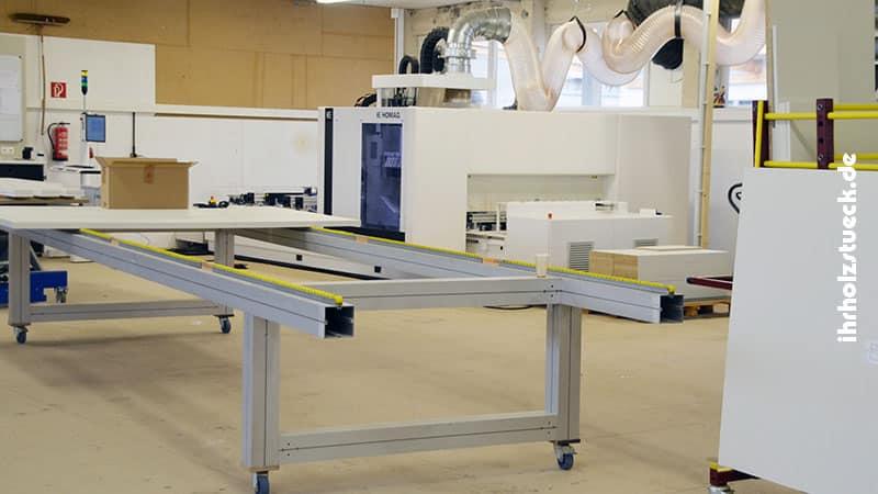 Unser Maschinenpark mit Montagetisch und der CNC Maschine im Hintergrund
